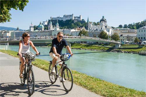 Radtour am Tauernradweg in der Stadt Salzburg