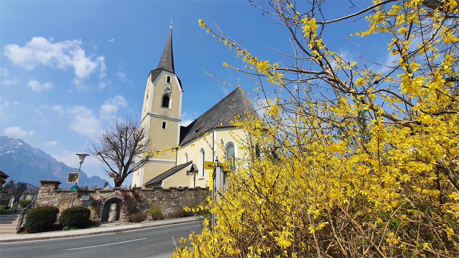 Pfarrkirche Puch mit Römischer Meilenstein Puch bei Salzburg | ©TVB Puch