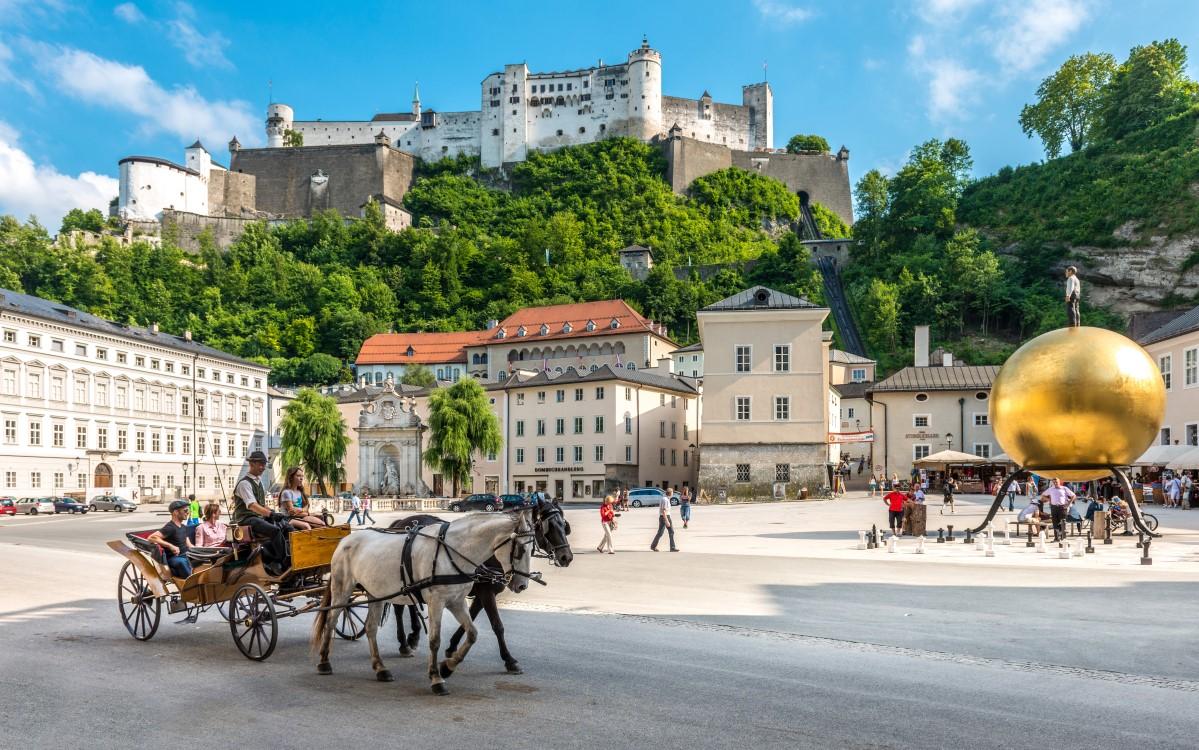 Fiakerfahrt vor der Festung Hohensalzburg - Foto: Tourismus Salzburg - Günter Breitegger